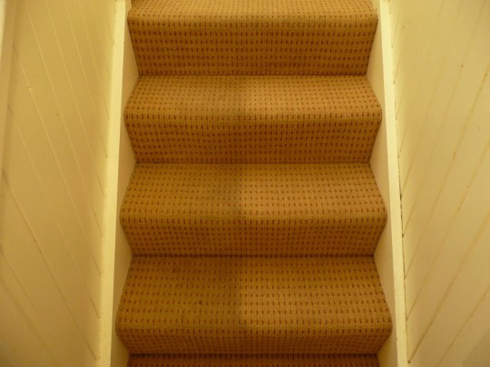install-carpet-on-stairs